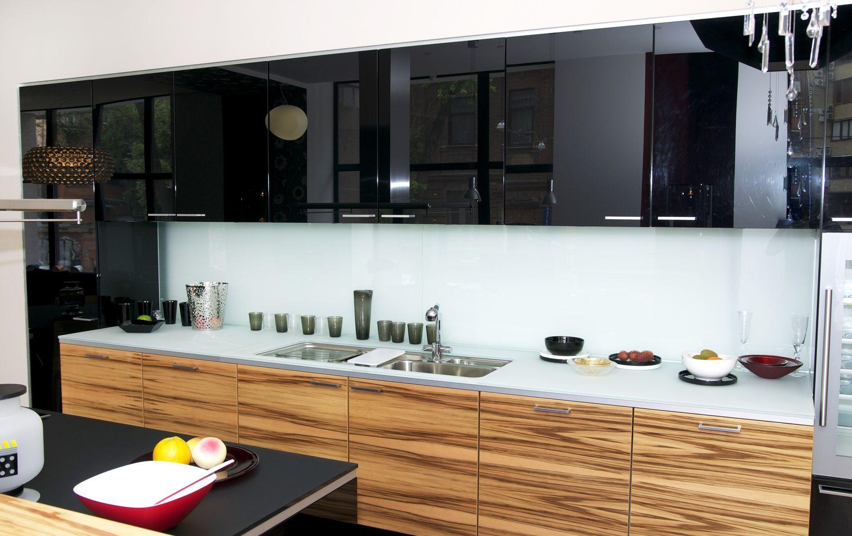bel intérieur avec des meubles et des appareils de cuisine